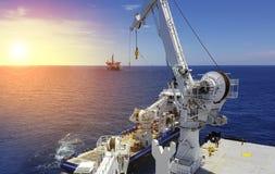 Zee het opheffen verrichtingen op zee tussen twee schepen stock foto