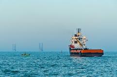 Zee leveringsschip dat voor de dienst vaart Royalty-vrije Stock Foto's