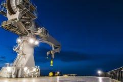 Zee zware het gewrichts op zee 's nachts kraanbalk van de liftkraan royalty-vrije stock foto's