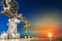 Zee zware liftkraan op zee 's nachts royalty-vrije stock fotografie