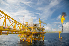 Zeebouwplatform voor productieolie en gas, Olie en gas de industrie en het harde werk, Productieplatform en verrichting royalty-vrije stock afbeelding