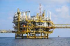 Zeebouwplatform voor productieolie en gas, Olie en gas de industrie en het harde werk, Productieplatform en verrichting Stock Fotografie