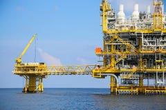Zeebouwplatform voor productieolie en gas, Olie en gas de industrie en het harde werk, Productieplatform en verrichting Royalty-vrije Stock Foto's