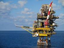 Zeebouwplatform voor productieolie en gas, Olie en gas de industrie en het harde werk, Productieplatform en verrichting Stock Afbeeldingen