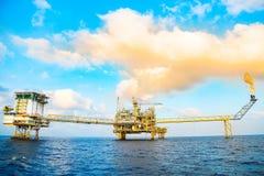 Zeebouwplatform voor productieolie en gas, Olie en gas de industrie en het harde werk, Productieplatform en verrichting Royalty-vrije Stock Foto