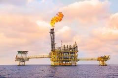 Zeebouwplatform voor productieolie en gas, Olie en gas de industrie en het harde werk, Productieplatform en verrichting Stock Foto's