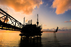 Zeebouwplatform voor productieolie en gas, Olie en gas de industrie en het harde werk, Productieplatform en verrichting Royalty-vrije Stock Fotografie