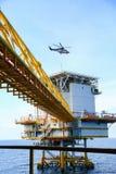 Zeebouwplatform voor productieolie en gas, Olie en gas de industrie en het harde werk, Productieplatform en verrichting Stock Foto
