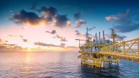 Zeedieolie en gasbouwplatform in zon waar geproduceerde ruwe gassen en ruwe olie voor reeks aan kustraffinaderij wordt geplaatst royalty-vrije stock afbeeldingen