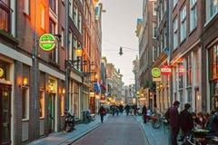 Zeedijk街道在阿姆斯特丹中心,荷兰 免版税库存图片