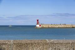 Zeedijk met rode en groene vuurtorens royalty-vrije stock foto's