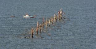 Zeegarnalennetten en stijve keten voor verre bemanning stock afbeelding