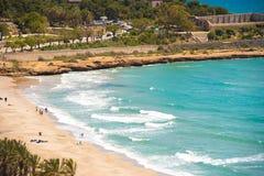 Zeegezicht De kustlijn van Costa Dorada, Tarragona, Catalunya, Spanje Exemplaarruimte voor tekst royalty-vrije stock foto