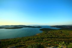 Zeegezicht en eilanden Groene kruiden stock afbeelding