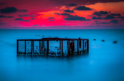 Zeegezicht en Lege Kooi bij Kleurrijke Zonsondergang Royalty-vrije Stock Afbeelding