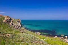 Zeegezicht en rotsachtige kust op een duidelijke dag royalty-vrije stock afbeeldingen