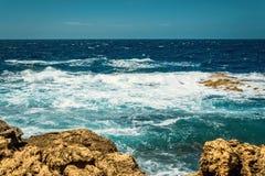 Zeegezicht en rotsen in Malta Stock Foto's