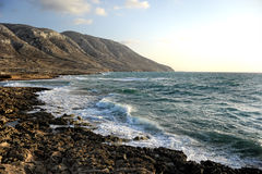 Zeegezicht en winderige rotsachtige bergen Stock Fotografie