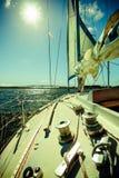 Zeegezicht en zon op hemel. Mening van jachtdek. Reistoerisme. Stock Afbeelding