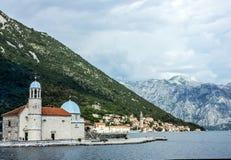 Zeegezicht, Klooster op het eiland in Perast, Montenegro Stock Foto