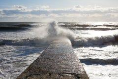 Zeegezicht Marien landschap Golf op de overzeese golfbreker stock foto