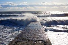 Zeegezicht Marien landschap Golf op de overzeese golfbreker royalty-vrije stock afbeelding
