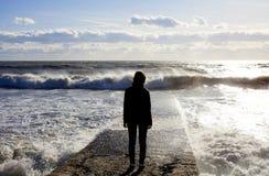 Zeegezicht Marien landschap met het cijfer van een vrouw Golf op de overzeese golfbreker stock fotografie