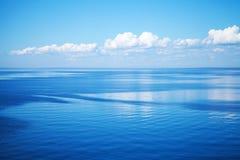 Zeegezicht met blauw water en blauwe hemel royalty-vrije stock fotografie