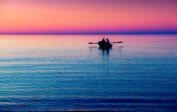 Zeegezicht met boot in purple royalty-vrije stock afbeelding