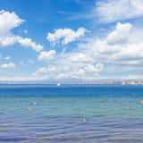 Zeegezicht met deap blauwe oceaanwateren Stock Foto