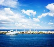 Zeegezicht met deap blauwe oceaanwateren Stock Afbeeldingen