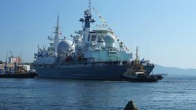 Zeegezicht met een oorlogsschip in slepen stock video