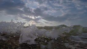Zeegezicht met het breken van golven stock footage