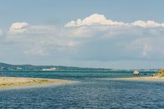 Zeegezicht met horizonlijn en witte wolken in blauwe hemel Overzeese mening van zandstrand De oceaan ontspant, openluchtreis stock foto