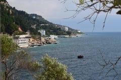 Zeegezicht met kustlijn royalty-vrije stock afbeelding
