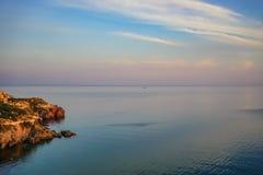 Zeegezicht met kustlijn met vegetatie wordt behandeld die royalty-vrije stock fotografie