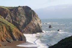 Zeegezicht met oceaan, strand en klippen Royalty-vrije Stock Foto