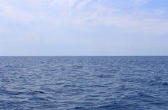 Zeegezicht met overzeese horizon en bijna duidelijke diepe blauwe hemel Achtergrond stock foto's