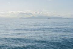 Zeegezicht met overzeese horizon en bijna duidelijke diepe blauwe hemel Athene, Griekenland royalty-vrije stock afbeeldingen