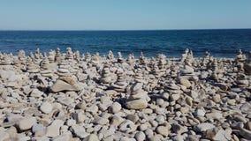 Zeegezicht met rotsachtige kustlijn stock video