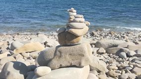 Zeegezicht met rotsachtige kustlijn stock videobeelden