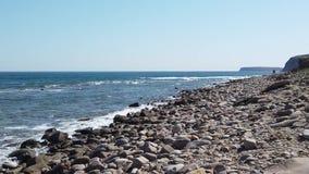 Zeegezicht met rotsachtige kustlijn stock footage