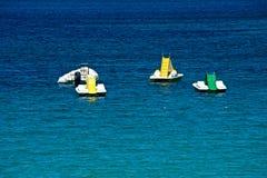 Zeegezicht met sommige pedalos en boten Royalty-vrije Stock Foto's