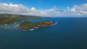 Zeegezicht met tropische eiland, strand, rotsen en golven Catanduanes, Filippijnen stock videobeelden