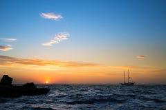Zeegezicht met varende boot op zonsopgang in Majorca Royalty-vrije Stock Afbeelding
