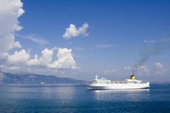 Zeegezicht met veerboot royalty-vrije stock fotografie