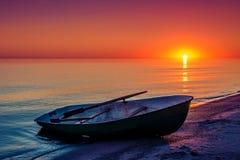 Zeegezicht met vissersboot royalty-vrije stock foto