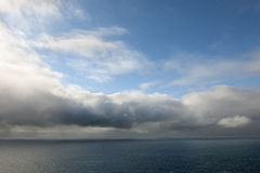 Zeegezicht met wolken en blauwe hemel Royalty-vrije Stock Afbeelding