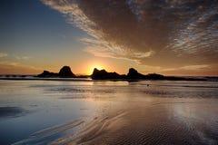 Zeegezicht met Zonsondergang en Wolken op Strand stock fotografie