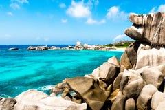 Zeegezicht op de weg aan Anse Marron, La digue, Seychellen royalty-vrije stock afbeeldingen